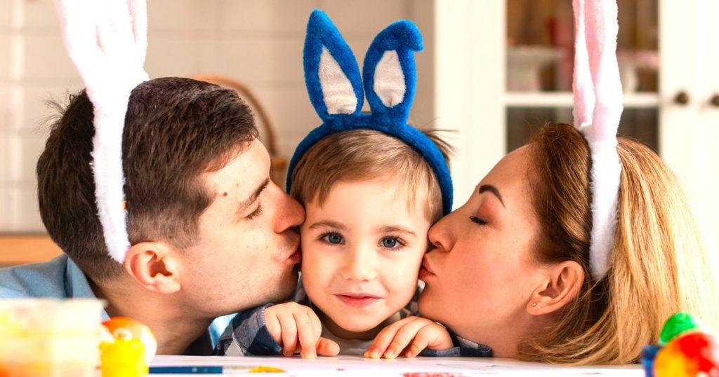 famiglia festeggia pasqua