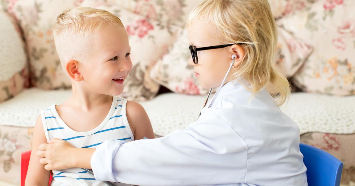 Bambini giocano a fare il dottore