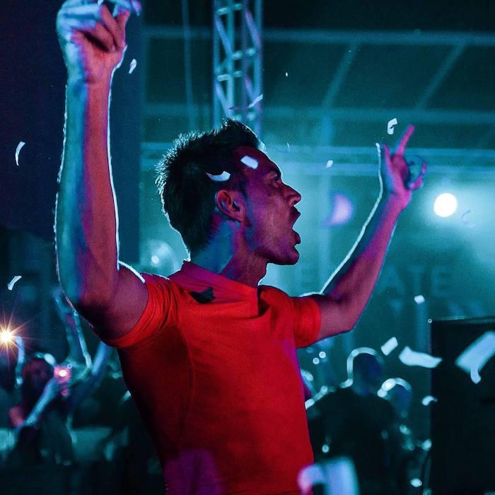 Gabry Ponte in consolle in discoteca.