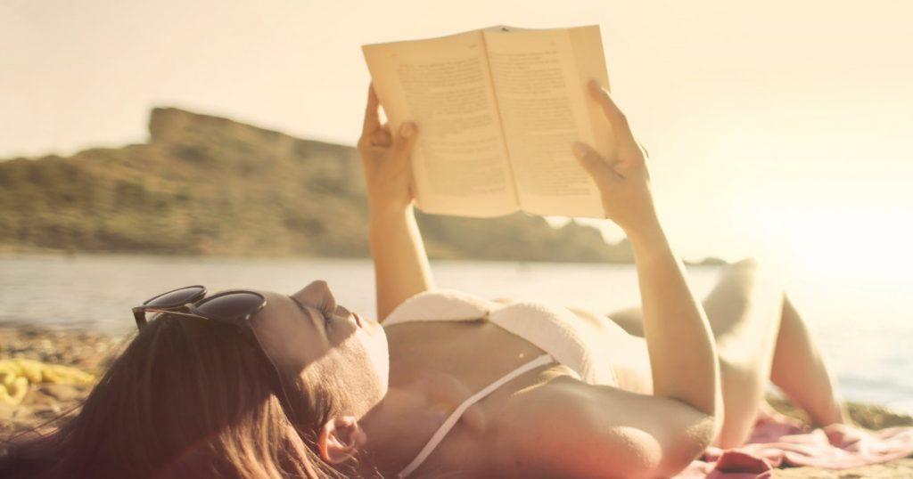 Lettura libri in spiaggia