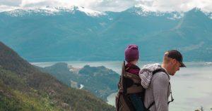 Bambino in montagna con padre