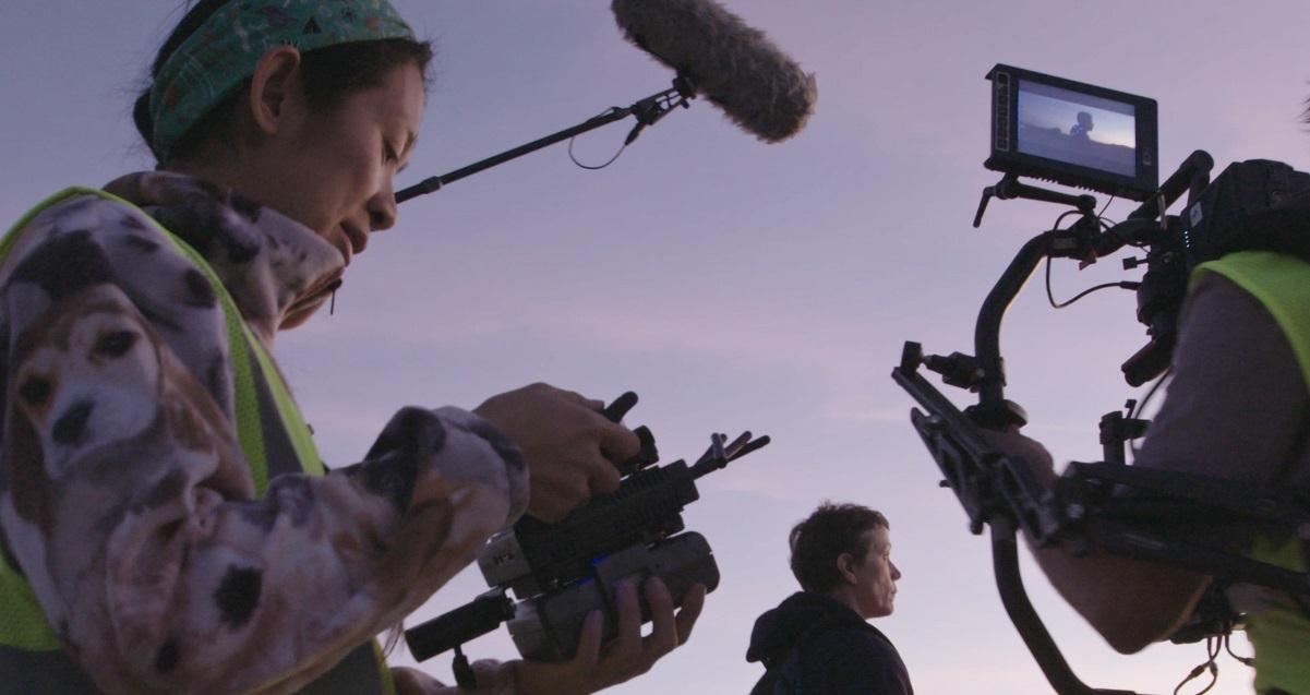 Chloé Zhao, regista di Nomadland durante le riprese