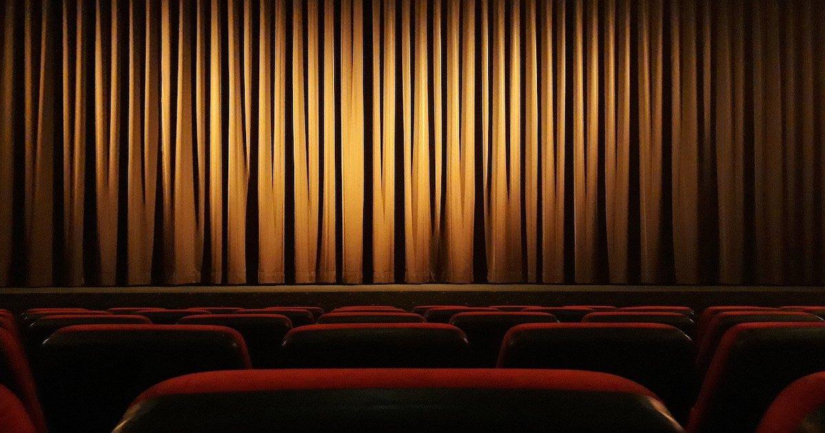 Sala cinematografica in attesa di un film