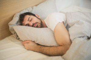 Cibo e abitudini cattive favoriscono il russare
