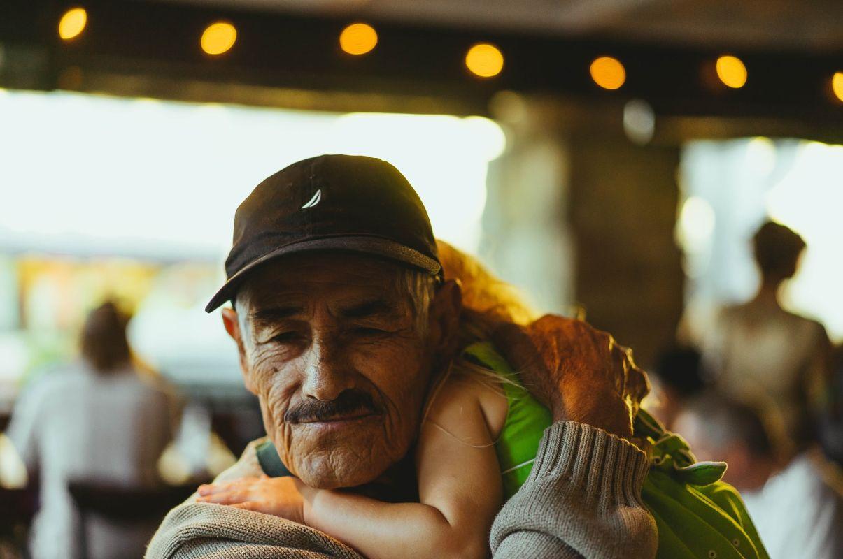 Festa dei Nonni, un nonno e la sua nipotina